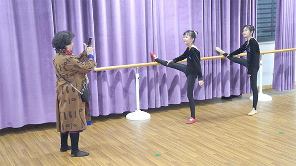 盛海琳陪双胞胎女儿上舞蹈班。来源:视频截图