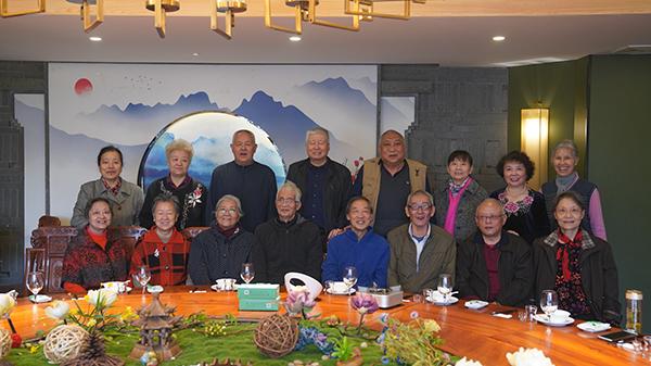 盛海琳与同学聚会。澎湃新闻记者 吴佳颖 图