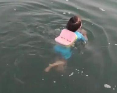 湖北四岁女童冬泳画面超萌