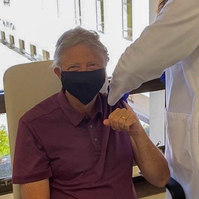 65岁比尔·盖茨公开接种新冠疫苗 笑称:感觉很好