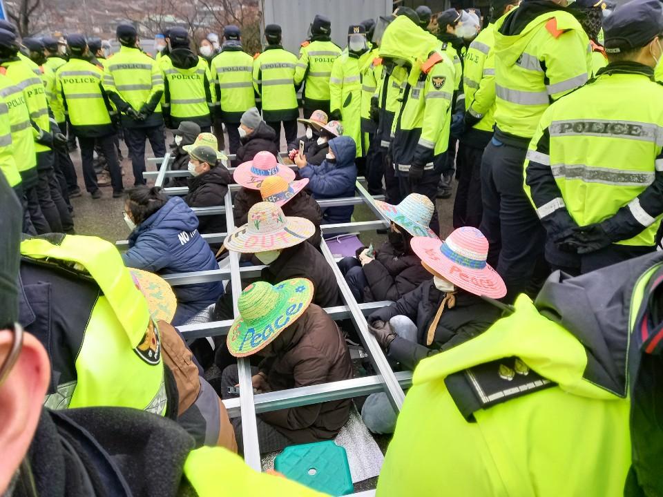 韩国国防部向萨德基地运送物资 遭当地居民抗议