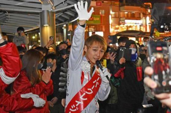 日本一歌手當選市議員:頭染金發 跳舞拉票