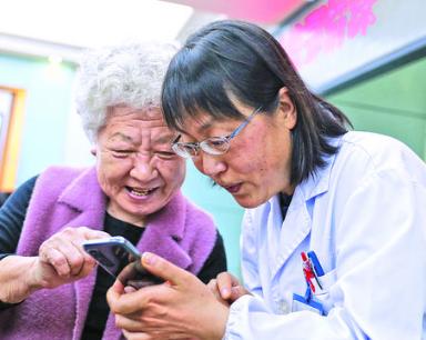 武漢高齡夫妻來合肥看望援鄂醫護人員