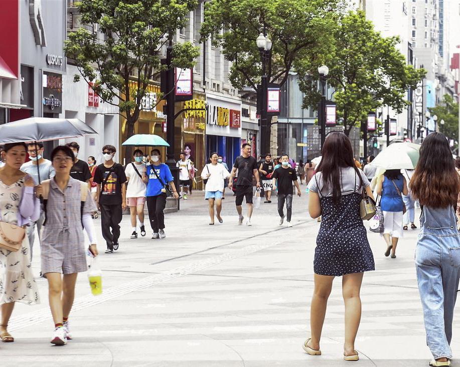 江城重回暑热天气 步行街上仍行人如织