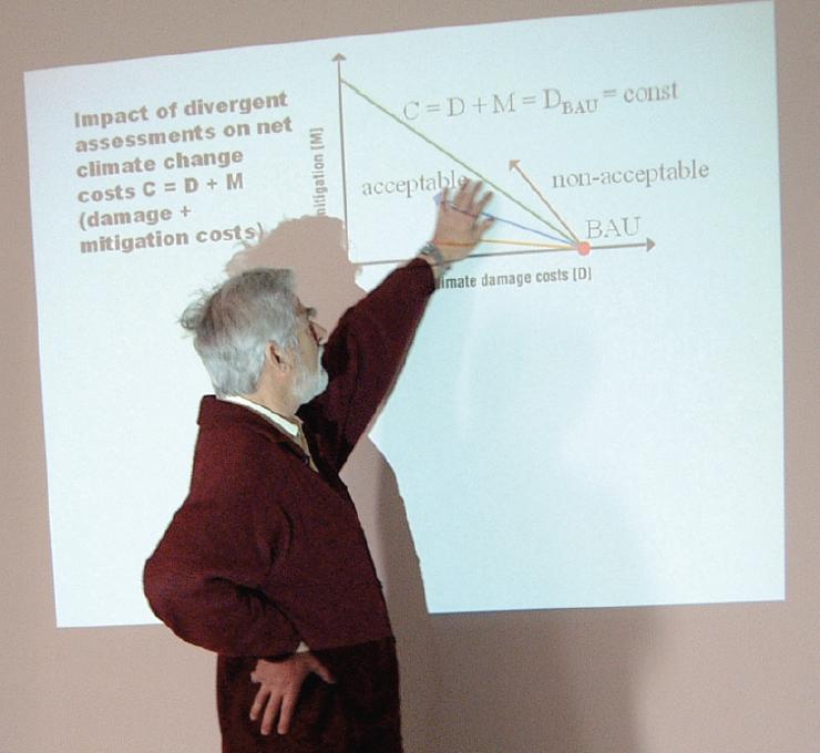 2002年正在解释一个气候-经济耦合模型的哈塞尔曼