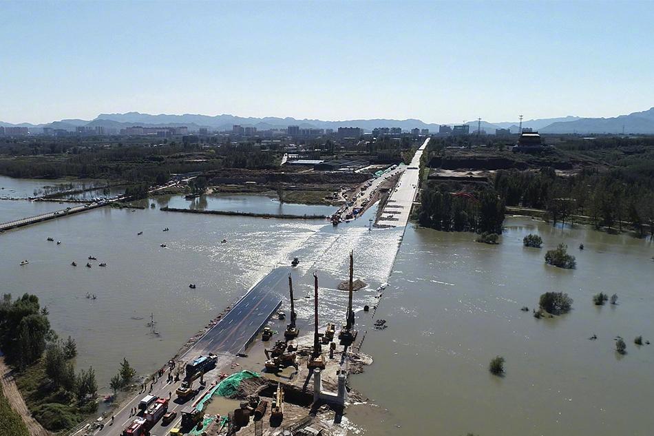河北载51人通勤班车坠河 河长称该路段此前不让通行