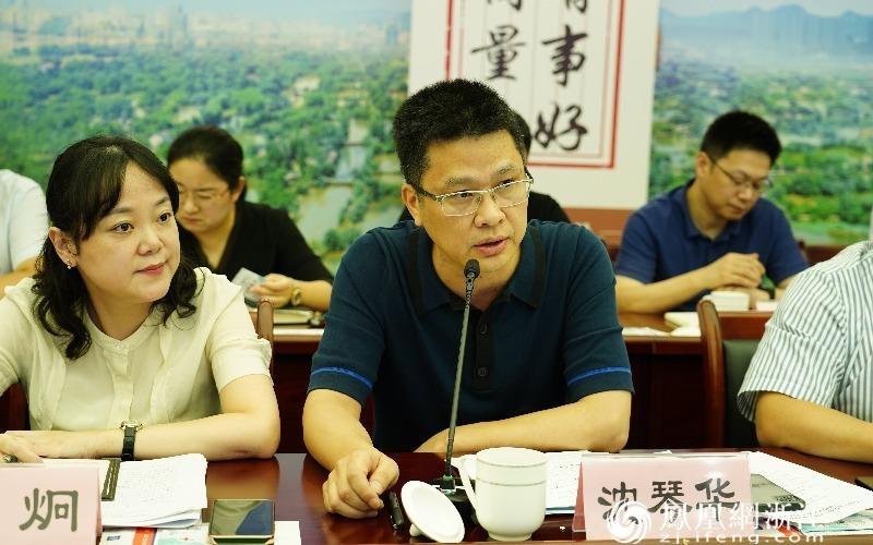 西湖区政协委员、杭州普华投资管理有限公司董事长兼总经理沈琴华提出问题和意见 毛淑雅摄