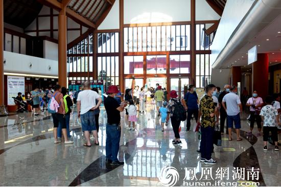桃花源主游客中心内游客等待入园