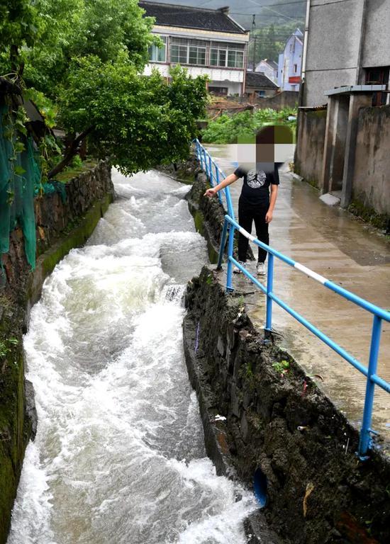 图为获救男孩,先前汹涌的溪水已经小了许多。 宁波大榭开发区供图