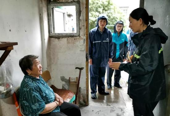 图为社工孙燕凤正在帮独居老人寻找亲人。 宁波大榭开发区供图