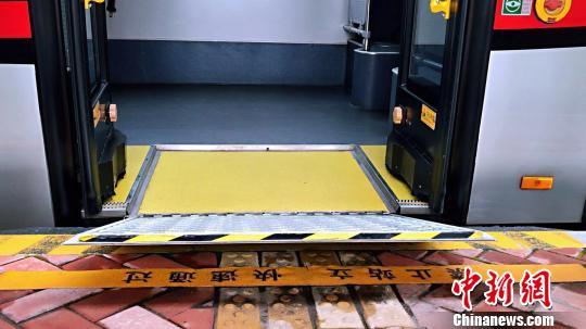 驾驶员可调节车辆倾斜角度来使得无障碍翻板与站台平顺对接。 王子涛摄