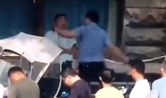 合肥民警假装打电话抓逃犯 逃犯一脸懵逼被扑倒 作者: 来源:安徽网