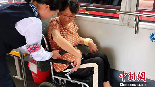 轮椅上车后有专门的位置停靠。 王子涛摄