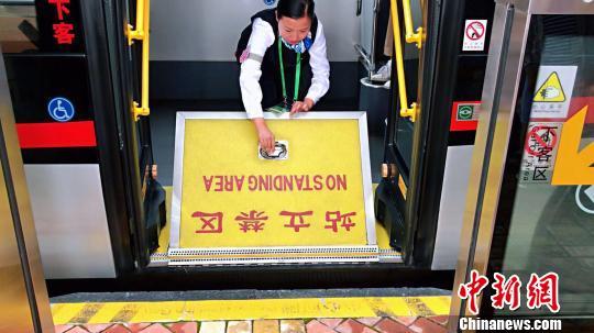 71路上设置有供轮椅直接滑行至车厢的翻板。 王子涛摄