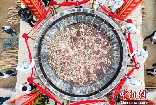 """内蒙古草原煮出""""中国最大锅""""手扒肉引数千游客垂涎"""