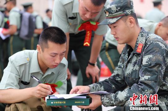 """退伍士兵庄严宣誓:""""一声到,一生到;若有战,召必回!"""" 卢栋栋摄"""