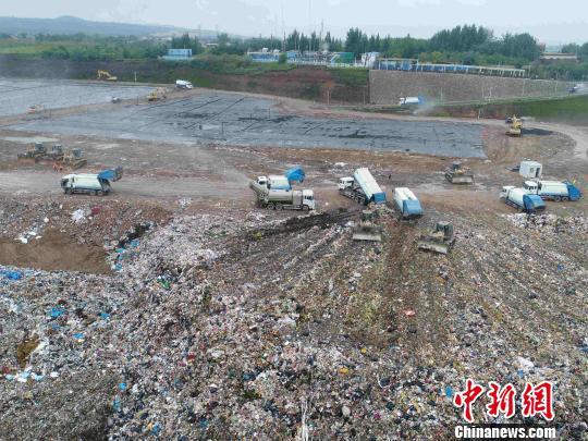 图为西安江村沟垃圾填埋场。 梅镱泷摄
