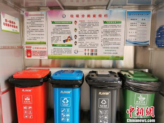 图为社区内的垃圾桶。 梅镱泷摄