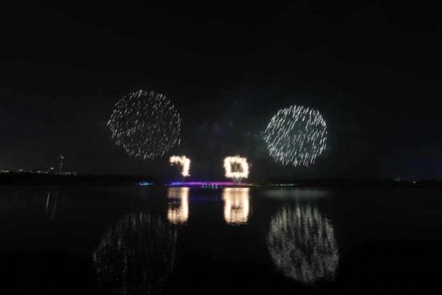 """大型烛光""""生日蛋糕""""、四个层次立体""""70""""数字特效烟花飞升至空中,绚丽绽放,逐步展开祖国壮丽的画卷,表达了华夏儿女对祖国的深深祝福。"""