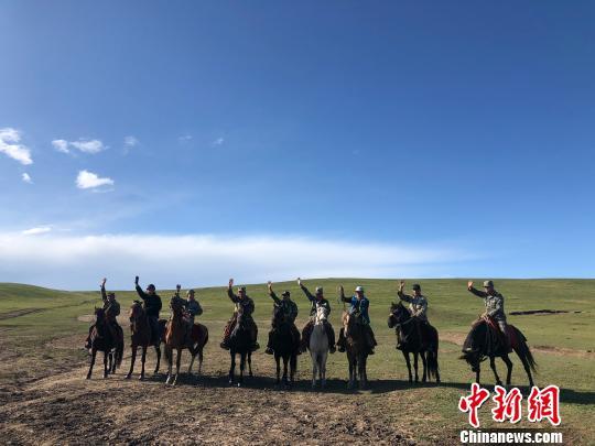 图为山丹马场的牧马人。 徐雪摄