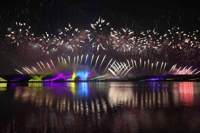 当晚共发射16万发烟花,内容编排突出中国气派、深圳特色。