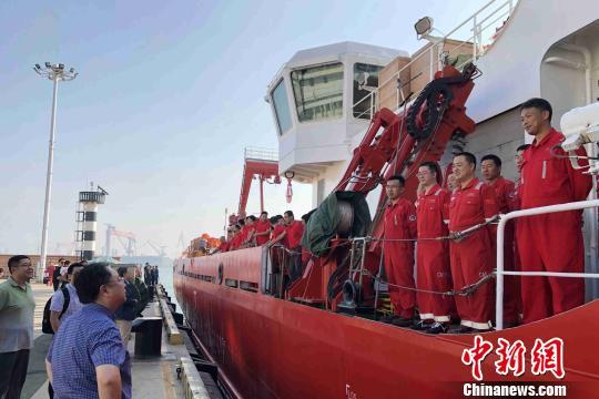 该航次搭载了来自中科院海洋所、中国海洋大学、山东大学等12家科研院所和高校的44位科学家参加科学考察。 苑林摄