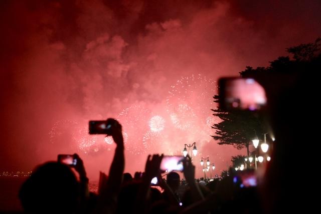 深圳多个电视频道和新媒体客户端对焰火晚会进行了现场直播