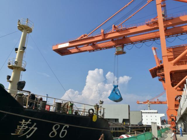 粤电煤炭码头开始装卸货物。犹方摄