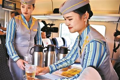 乘务员微笑着为旅客服务。