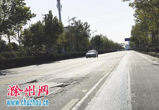 """滁州一路段路面破损 车辆行驶如同""""跳舞"""""""