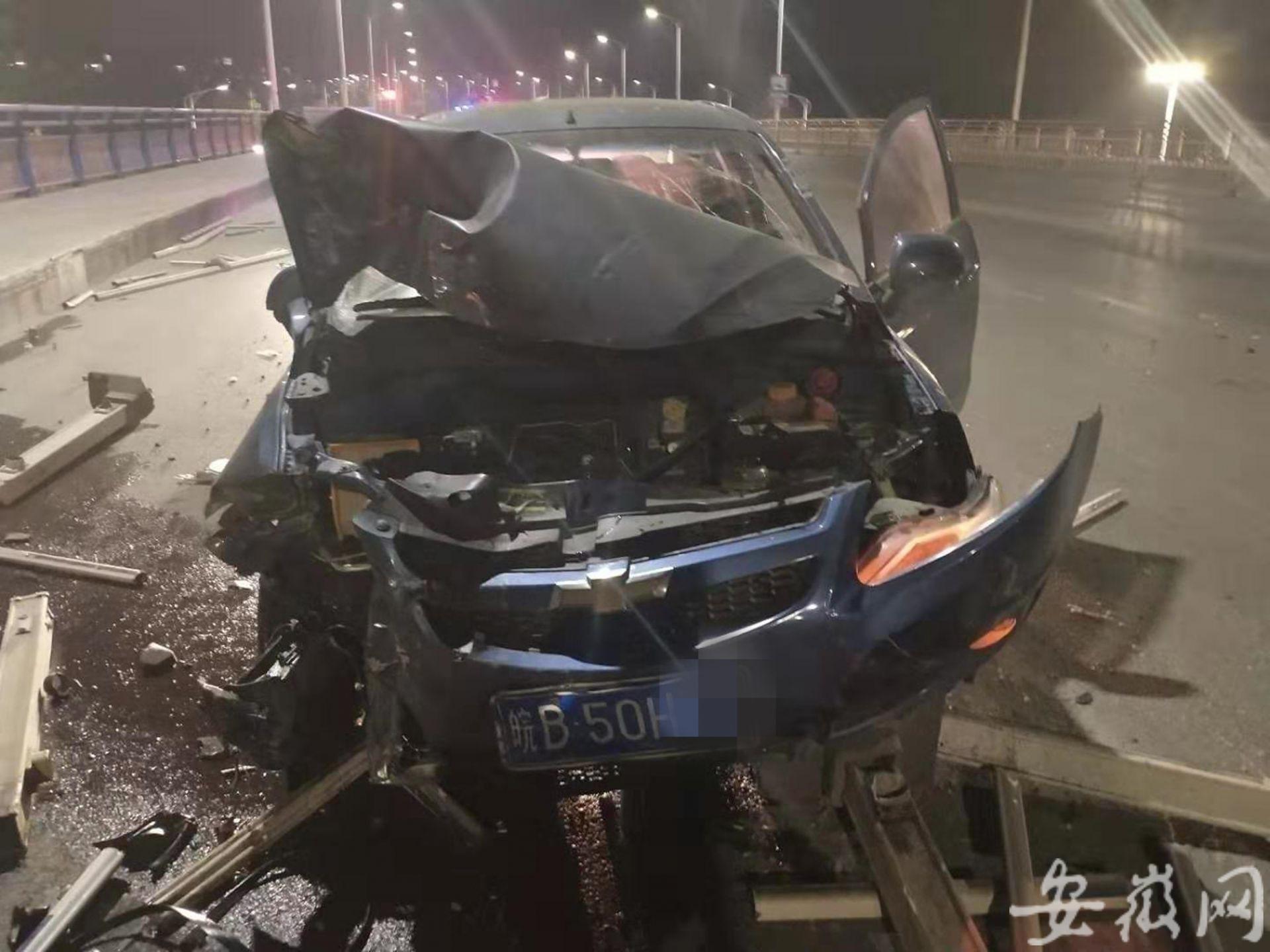 安徽一男子疲劳驾驶撞护栏 车辆几乎撞报废