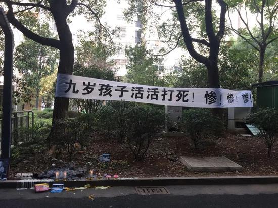 11月7日,在罗星遇害的地方,有好心市民点上蜡烛、献上鲜花纪念。