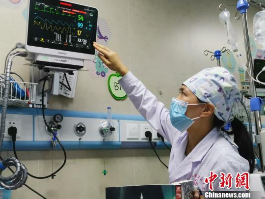 8月18日,莫晓燕医生认真观察病人监护情况。 张超群摄