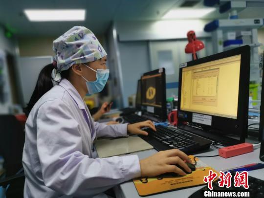 8月18日,莫晓燕医生在电脑前书写病历。 张超群摄