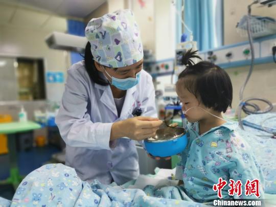 8月18日,莫晓燕医生给患儿喂饭。 张超群摄