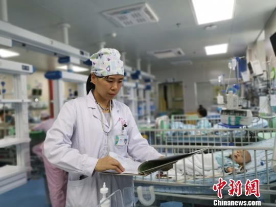 8月18日,莫晓燕医生查看病历。 张超群摄