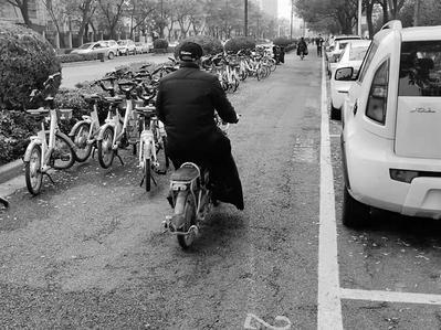 石家庄共享单车乱停放问题难解 自行车道仅剩一米宽