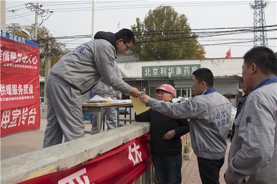 王国良和同事们向前来咨询的村民介绍空气源热泵设备。