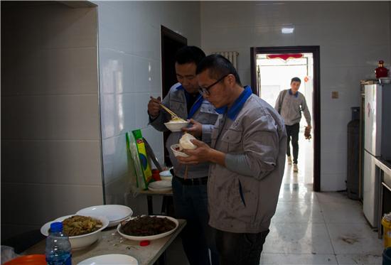 同事们很难凑在一起吃顿午餐,饭后又匆忙背上工具包,赶赴下一户。