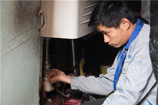 王国良的同事王凯正在调试供热管温度。