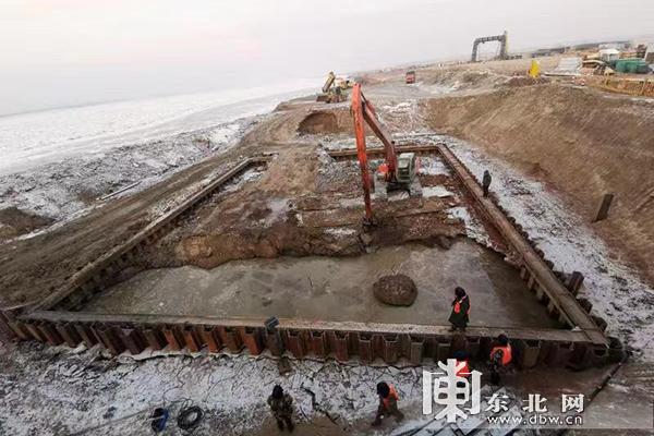 鹤大高速佳木斯过境段松花江特大桥冬日施工忙