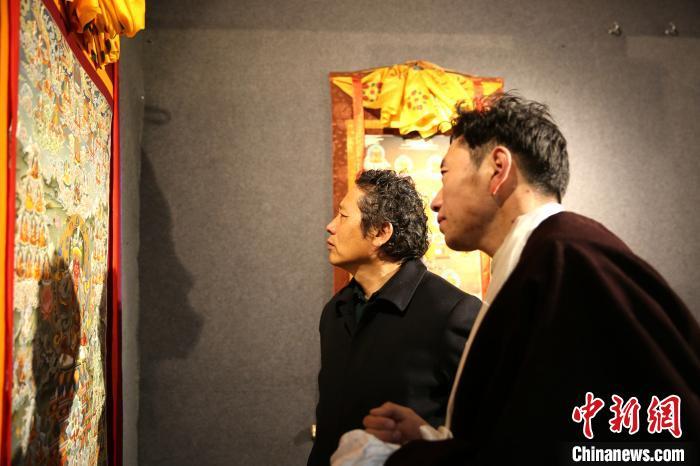 图为唐卡老师与学员参观结业作品展。 贡桑拉姆摄