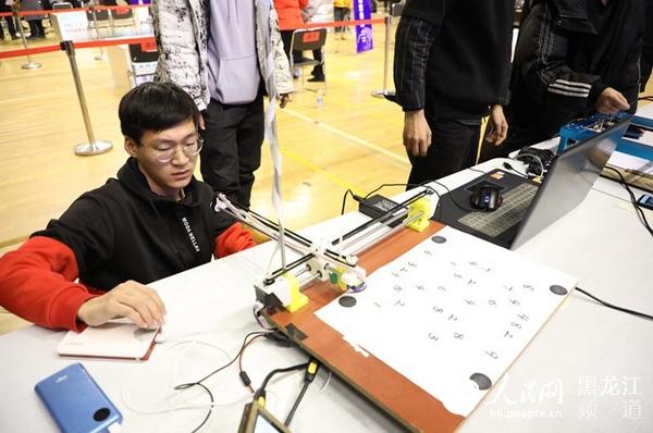 第八届全国机器人创意设计大赛在哈尔滨举办 近600支赛队博弈