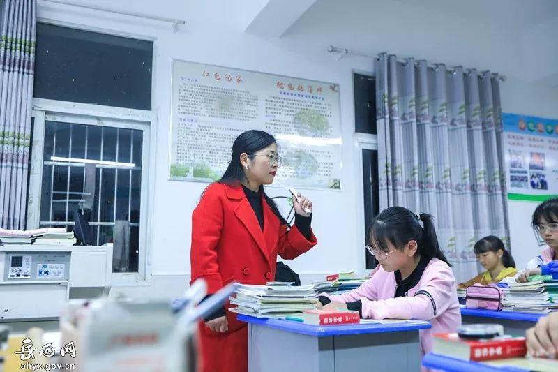 """離家400公里扎根岳西深山九年 她被孩子們稱為""""映山紅姐姐"""""""