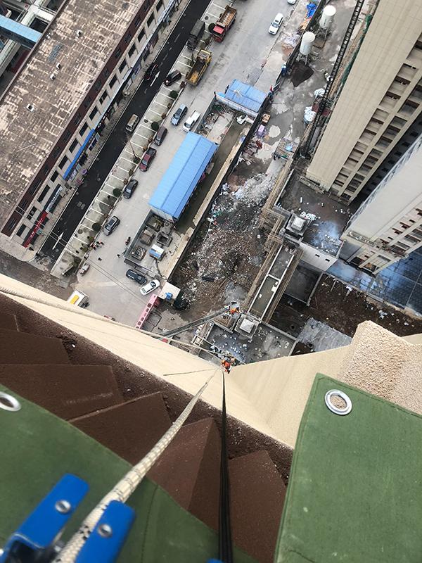 张家界两工人被困60米高空消防2小时营救