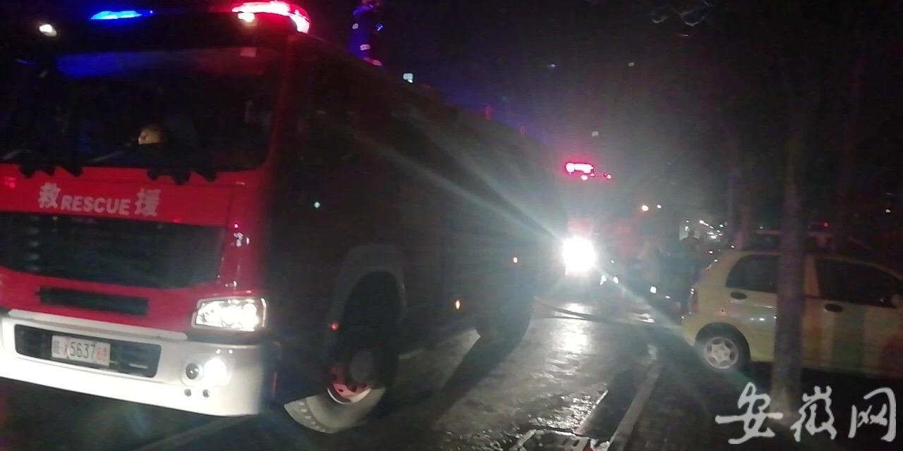 手机充电线冒烟被浇水 安徽一女子继续使用起火灾