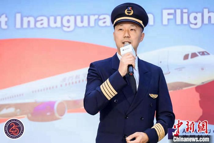澳门航空首席飞行员林家全也来到现场,他曾降落过北京首都国际机场的三个航站楼,此次也成功降落在北京大兴国际机场。(澳门航空供图)