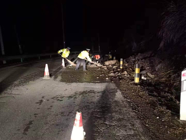 1月17日凌晨G236国道发生塌方 池州公路部门连夜清除