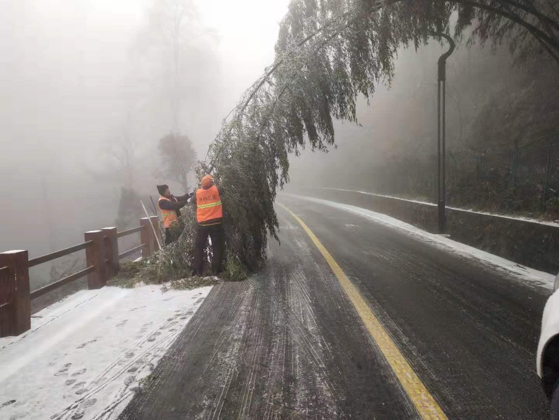 受雨雪天气影响 池州九华山部分路面积雪结冰