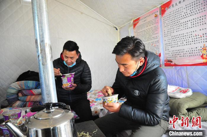达久滩联防联控卡点休息的帐篷内,值守人员多是以泡面或糌粑为主食。 祁正明摄